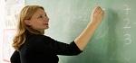 una docente scrive alla lavagna