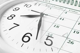 un orologio che segna le 8 e mezza sopra un calendario